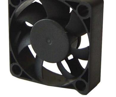电脑机箱散热风扇技术方案:风扇连接在一温控电路中